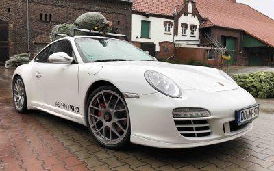 Weihnachtsbaum auf dem Dach eines Porsche transportieren