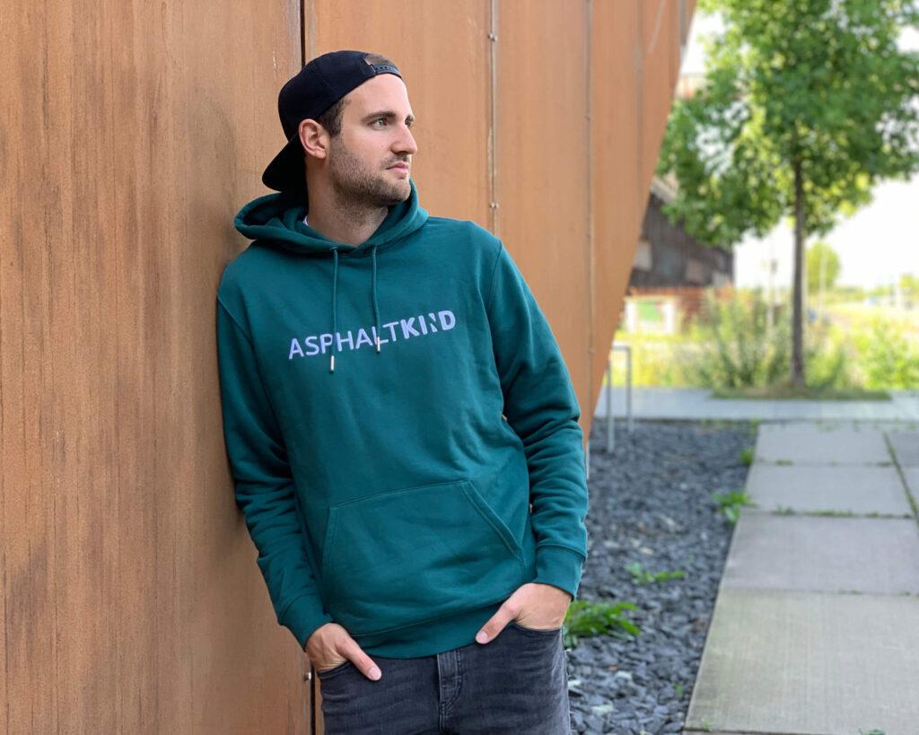 Auch der grüne ASPHALTKIND-Hoodie ist ein geeignetes Weihnachtsgeschenk